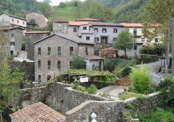 Il borgo di montagna si spopola? Il sindaco vende le case a 1 euro