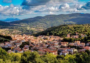 """Ollolai, il paese delle """"case a un euro"""": intervista al sindaco Efisio Arbau"""